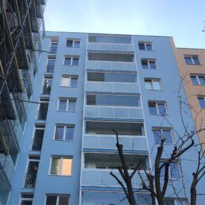 panelový dům balkony